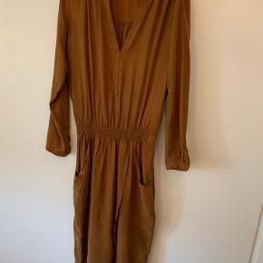 Lækker kjole til efteråret med chunky støvle til.. Aldrig brugt.
