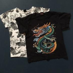 """2 t-shirts: Køb denne pakke med 2 t-shirts og få dem sendt i samme fragt. (så sparer du ca. 35 kr. frem for at købe begge hos mig separat.) De kan også købes hver især separat til kr. 25,-, hvis du kun ønsker den ene.   Se i øvrigt også hættetrøjen i min shop, grå med sort print, også kun 25 kr.  Lidt om de 2 t-shirts:  Sort: str. S med sejt drageprint, købt i Thailand.  Farvet print på maven, hvidt på ryggen.  En t-shirt i kategorien """"yndlings"""".  Jeg vurderer den til str. 7-8 år, måske 8-9. Fin stand. Tåler 40 graders vask og tørretumbling.   Hvid: Af mærket DWG, som vist hører under D-xel.  Print overalt. Dejlig blød, 100% bomuld. 40 graders vask, ingen tørretumbling, men det er nok mest for at skåne den for slid. Den er sikkert røget med i tørretumbleren her og har ikke taget skade."""