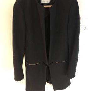 Flot sort jakke - til pænere brug. Jakken kan ikke låses. Lommer med lynlås.  Fungere godt til finere tøj, kjoler mm.   Købt februar 2016! Kvittering haves ikke længere