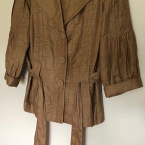 Meget fin jakke i det fine mærke Louisa cerano, str. 40. 81% linnen , polyamid og nylon. 3 knapper foran og bindebælte Anvendelig til mange ting   Køber betaler Porto med 45 kr.