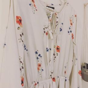 Smuk kjole købt i modebutik i Vietnam. 🌷 Brugt en enkelt gang.