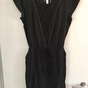 Super behagelig sort kjole med lommer og snørredetalje i taljen.