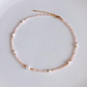 Håndlavet halskæde Materiale: naturlige ferskvandsperler, perler af zirkonia   Kan sendes med Postnord som brev til 10kr på eget ansvar