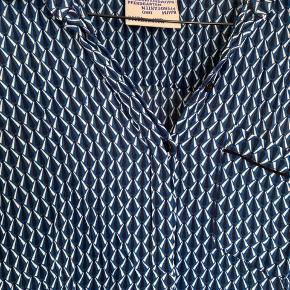 Fin skjorte i lækkert viskose stof. I fin stand.
