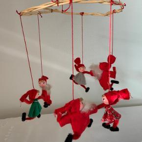 Juleuro fra 50'erne. Af piberensere og filt. Ringen måler ca 18 cm i diameter.