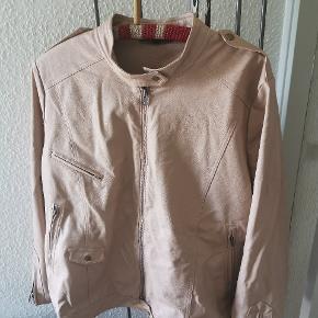 Flot jakke fra Zoey str Xl. Brystmål Ca 70*2 når den er lukket. Længde Ca 67. Ses og købes i Kolding eller sendes på købers regning! :) brugt få gange!