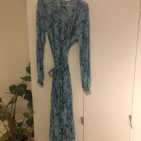 Smuk, lang kjole 🍂 Str. xs, men passer også s og m.  Jeg er str. s/m og 164cm, og den passer som på billede 3.
