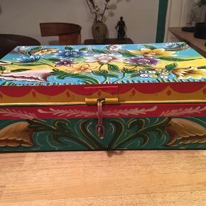 metalkasse, kiste, flot malet metalkasse med låg. Bredde 30cm, længde 50cm, højde 16cm. Brugsslid i malingen - eller fin stand. Kassen har beslag, som kan låses, hvis man har en lille hængelås.  100kr Kan hentes Kbh V