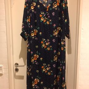 Blomstret maxi kjole med lommer  Str l ( 50-52 )