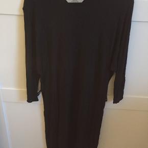 Fin enkel kjole med bånd. Bruges ikke, derfor sælger jeg