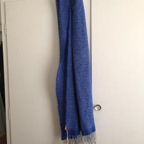 Hej! Jeg sælger dette helt nye Hugo Boss Orange halstørklæde. Det har stadig mærke på, og er aldrig blevet brugt. Nypris på tørklædet var 399 kr.  Jeg sælger det nu til 250 kr, så snup det til en god besparelse! Hvis du har nogle spørgsmål til tørklædet så spørg løs og jeg svarer hurtigst muligt!  Tjek gerne mine andre annoncer for en masse billige ting!
