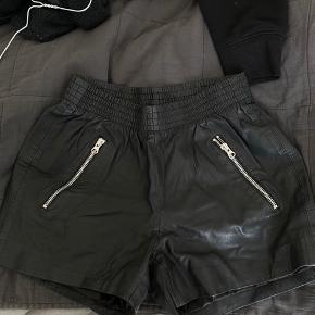 Sælger disse fede 100% ægte læder shorts med lynlåse og lommer. Nypris er 1999kr, kom gerne med bud :)