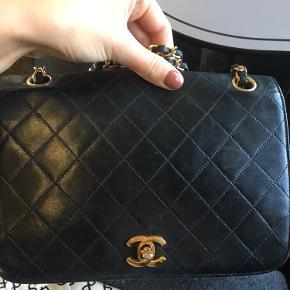 Fin helt klassisk Chanel taske Den sælges da jeg har udset mig en anden jeg godt kunne tænke mig :-) Den er lidt slidt indvendigt og har en smugle brugsspor udvendigt. Dustbag samt kvit. Fra butikken jeg købte den i medfølger