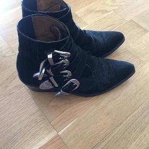 Velholdte støvler fra Toga Pulla. Har fornyligt fået nye såler. Str. 36. Kom med et bud.