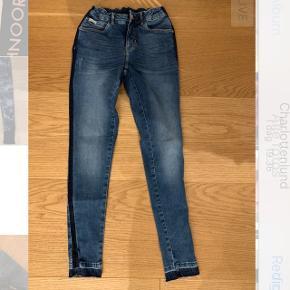 Blå jeans med mørke blå stribe i siden og forskellige denim farver i bunden Mærke: POMPdeLUX Størrelse: 13-14/164 Stand: aldrig brugt Røgfrit hjem BYD!!!!!