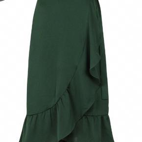 BYD gerne :) Ny nederdel med mærke på fra Neo noir - aldrig brugt.  Str. L - wrap skirt - lukkes med bindebånd, så kan tilpasses størrelse og kroppens form. Ingen knaplukning/lynlås. Farve: mørkegrøn/flaskegrøn.  Pris fra ny: 499.