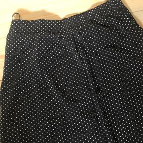 Selected Femme  Lang nederdel  Mesh lignende stof med elastik i livet Sort med hvide prikker og lidt mere vidde for neden.  Nypris 500,-
