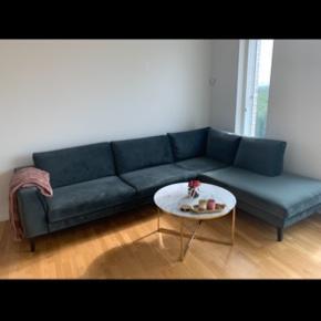 Lækker ny ILVA velour sofa (Valenza) i grøn (aqua) farve. Sofaen er købt slut september 2018, så den er under et år gammel og har været meget lidt brugt. Sælges pga flytning. Fremstår helt som ny. Der er ingen pletter eller fejl på sofaen.   Nypris: 20.999 kr  3 x tekstil imprægnering følger med i salget. Den ene har lidt tilbage da denne er brugt til at imprægnere sofaen. (Værdi 500kr)