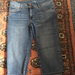 """Lækre 3/4 bukser fra soyaconsept i str 33"""" og med længde 44"""" - se billede.  Aldrig brugt."""