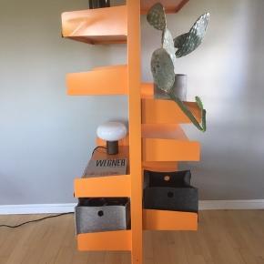 Lys orange retro reol i stål. Fritstående. Super som rumdeler. 9 justerbare hylder. 200 H, 67 dybde. Super fin!
