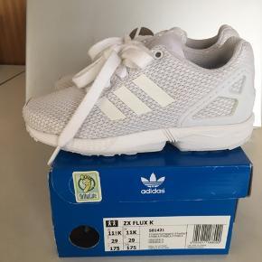 Adidas Flux er en helt fantastisk løbe- og legesko til børn (og voksne). Vores datters foretrukne model. Desværre købt et halvt nummer for lille, men da skoen har været i brug i en halv dag, kan den ikke byttes mere. Nypris kr 549,-.
