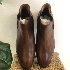 Chelsea Boots fra danske SELECTED Homme. Aldrig brugt. Perfekt til et par jeans eller en mørk habit  Obs! Køber afholder gebyret for handel via TS.