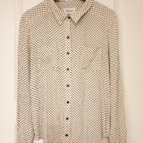 Fitter helt op til str 40, afhænger af om man ønsker en oversize skjorte.