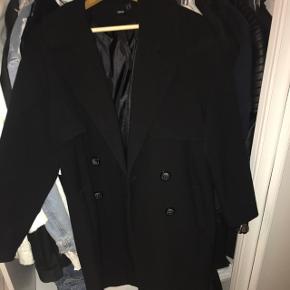 Frakke fra ASOS der går til lige over knæene. Np 550kr. BYD, og køber betaler fragt :-) Hvis den købes til den fastsatte pris, sender jeg dagen efter!