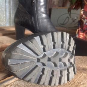 Sorte læderstøvler fra Gabor 🌻  God sål og dejlig blødt for indeni ✨Str. 4 (tror det svarer til 37,5?) ✨Hælen er ca. 7 cm og plateauet er 1,5 ✨
