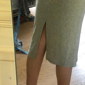 Finneste og blødeste nederdel fra Pieces. Nederdelen er tætsiddende og her en lille slice bagpå 🌸 Nederdelen er aldrig brugt og fremstår derfor helt ny.