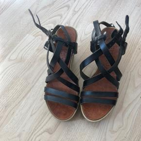 Kilehæle / espadrilles med hæl Købt på en ferie i sommers for 500kr, så kender ikke mærket.  Brugt to gange, nemme at gå i.   Str 36, passer 36 til en lille 37.   Ægte læder.