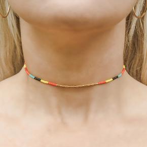 Nativo jewelry -  Choker halskæde. Laves efter mål.   Håndlavet smykker af seed beads i højeste kvalitet. Vedhæng, lås samt guldperler er sterling sølv belagt med 24 karat guld.   Tjek også annoncerne for armbånd og ankelbånd.