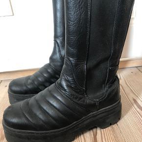 Sorte læderstøvler m. lettere slitage  BYD
