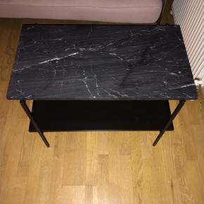 """Et virkelig fint marmorbord fra HAY. Det har nogle skrammer i den nederste plade, men det ses ikke og ellers kan den fjernes 😊Bordet hedder """"Rebar Side Table Marble"""" og har målene L75 X W44 X H55 cm. Hvis der ønskes mere info om bordet kan man bare skrive 🌸💗🎀"""
