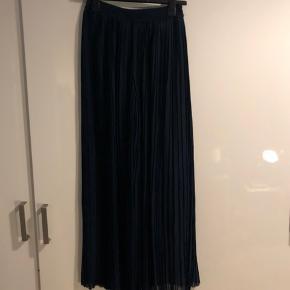 Rigtig flotte mørkeblå plisserede bukser fra Designers Remix. Bukserne er en str 34, men er store i størrelsen, da jeg normalt bruger 38 i Designers Remix og kan passe dem. De er ca 104 cm lange. Jeg har en top til salg der passer til :)