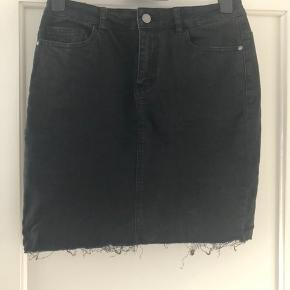 Mørkegrå nederdel fra Noisy May i stretchy denim.