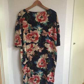 Hjemmesyet kjole i perfekt stand, passer en størrelse M, men kjolen sidder også pænt som oversize