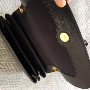 Ny  BYD MP 2600 (nypris 3200)  See by Chloe taske model Hana Sort Bytter ikke !!! Kun seriøse bud Nypris 3200 hos Trois Pommes i Hellerup. Sendes med Dao og køber betaler Porto. Kan også afhentes i Risskov ved Århus.