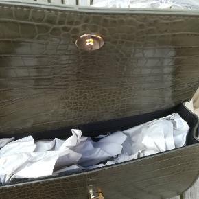 Pieces taske ny med plastikbeskytyelae og pristag. Np 249,-