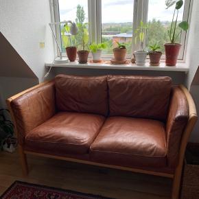 Retro 70s sofa i læder og træværk. Stouby? Kan sende flere billeder om ønskelig. Sælges pga flytning. Hentes i 2.sal på Frederiksbjerg.  Mål (cirka) H: 70cm B: 143 cm D: 78 cm
