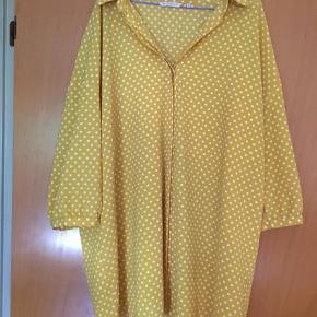 Stor skjorte fra Only str 48 Gul med hvide prikker Knapper foran (skjulte) Trekvart ærmer  Brugt få gange