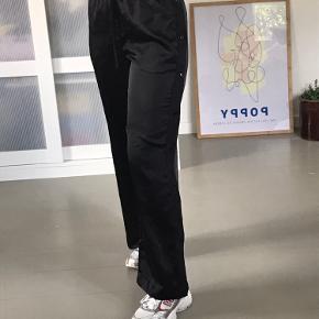 Samsøe & Samsøe bukser i satin med knapper på siden.  Jeg sender meget gerne flere billeder 😄