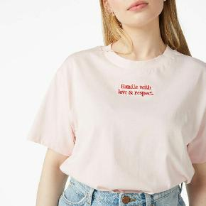"""Jeg sælger denne """"Handle with love and respect"""" t-shirt fra monki i str small. - True to size. (Er ikke bevidst om hvilken størrelse modellen har på)  Tjek min side ud😊"""