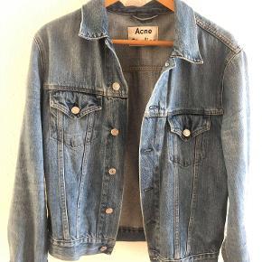 Sælger denne finde Acne Studios denim jakke. Den er blevet brugt meget lidt og står næsten som ny uden fejl.   Det er en str. M, men fitter en S eller lille M.  Nypris: ca. 2500 kr.