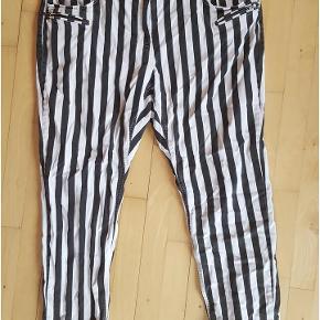 Lækre jeans fra Denim Identity by Zizzi i størrelse 50/82. Mange lækre detaljer. 97% bomuld, 3% elastan.   MÅL:  Livvidde: 52 cm x 2 Hoftemål: 68-70 cm x 2  Seje stribede jeans i sort hvid! Farve: sort, hvid