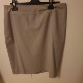 Flot grå nederdel til business wear. Størrelse 6P, svarer lidt en større størrelse S.  Nederdelen har været til rens  #30dayssellout