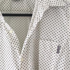 Carhartt skjorte med sorte prikker
