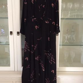Lang luftig kjole, med et lille pufærme. Trekvart lange ærmer. Skåret under brystet og lommer i siden 🌺🌸