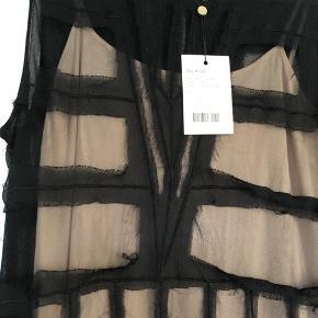 Lækker kjole med nude underkjole. Har trykknapper og kan skilles ad, så det kan bruges hver for sig.   Nypris  kr 2999,-   Aldrig brugt
