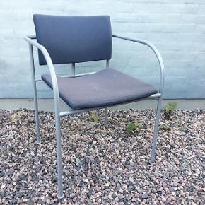 """Flot og velholdt lys grå konferencestol, kontor- eller entremøbel stemplet """"RANDERS 001"""". Originalt kraftigt betræk i koksgrå nuancer med et solidt lysegråt metalstel. Smukke detaljer i et tidløst design. Fremstår med småskrammer.   Haves også i mørk blå (1 stk. af hver haves).   Kan afhentes i Horsens el. vi kan mødes i Aarhus 😊"""
